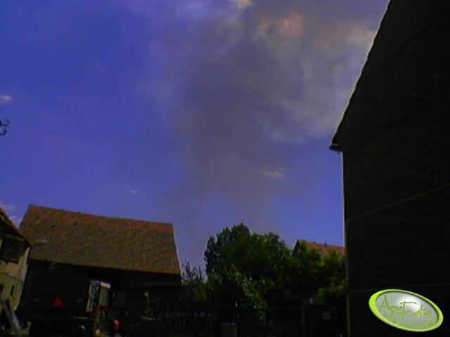 Na podwórku dym pożaru