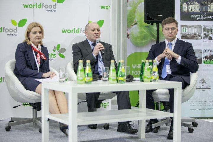 od lewej dyr. departamentu Współpracy Ekonomicznej MSZ Anna Barbarzak, minister rolnictwa Marek Sawicki, podsekretarz stanu MG Arkadiusz Bąk.jpg