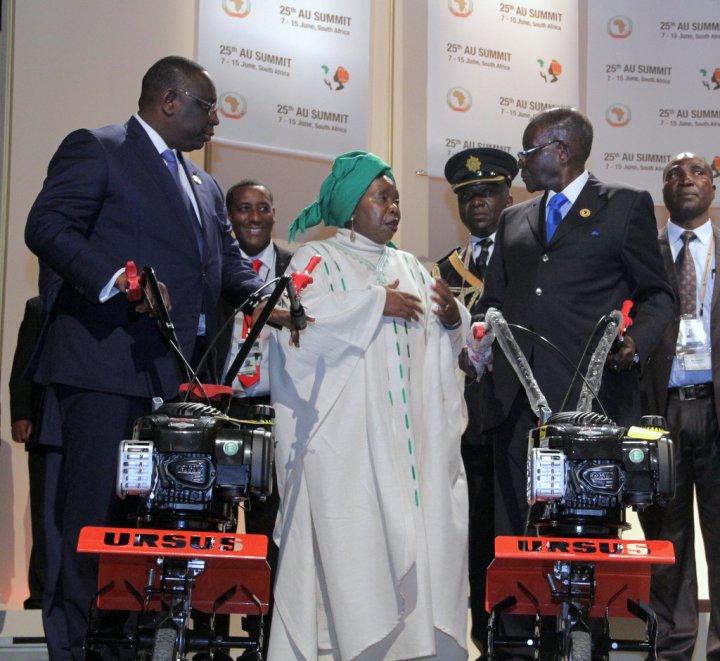 Szczyt_Unii_Afrykańskiej_w_Johannesburgu_przekazanie_glebogryzarek_URSUSA_1_B.jpg