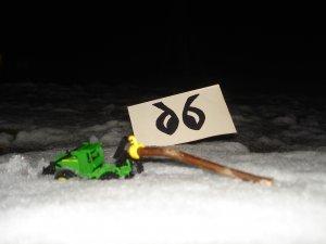 John Deere + kłoda w śniegu